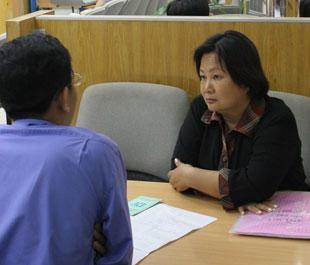 Khách hàng tìm hiểu vay vốn tại Ngân hàng Á châu - Ảnh: Việt Tuấn.
