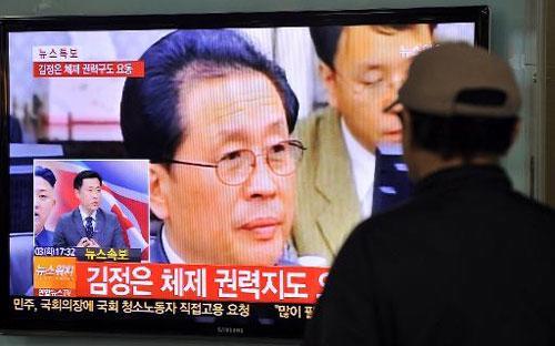 Năm nay 67 tuổi, ông Jang là chồng của bà Kim Kyong Hui, người em gái đã  quá cố của nhà cố lãnh đạo Kim Jong Il, tức là cô ruột của ông Kim Jong  Un - Ảnh: AFP.<br>