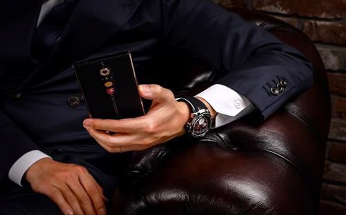 Mới đây, hãng xe sang Lamborghini ra mắt phiên bản di động thông minh (smartphone) mới Alpha One chạy hệ điều hành Android tại Dubai. Smarphone này được bọc bằng da làm thủ công tại Ý và khung bằng vàng nguyên khối - Nguồn: The Verge, ESQUIRE Middle East.<br>