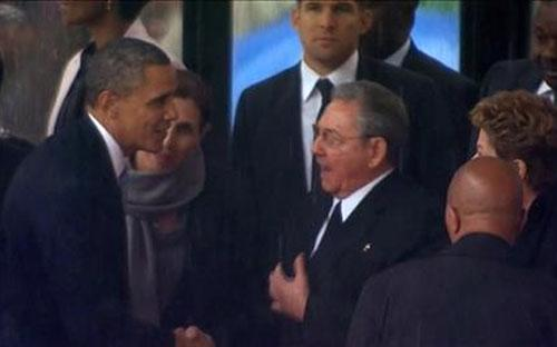 Cử chỉ thân thiện giữa hai nhà lãnh đạo Mỹ, Cuba đã khiến dư luận thế giới ngạc nhiên - Ảnh: AP.<br>