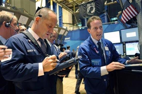 Phiên giao dịch hôm qua, thị trường chứng khoán Mỹ đồng thời đón nhận hai bản báo cáo với kết quả lạc quan hơn dự báo - <i>Ảnh: AP</i>.<br>