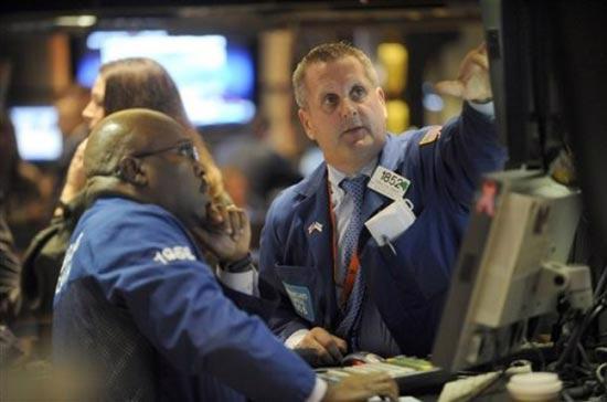 Phiên hôm qua, cổ phiếu của hãng công nghệ Apple tăng được 2,3% lên 449,83 USD<i> - Ảnh: AP</i>.