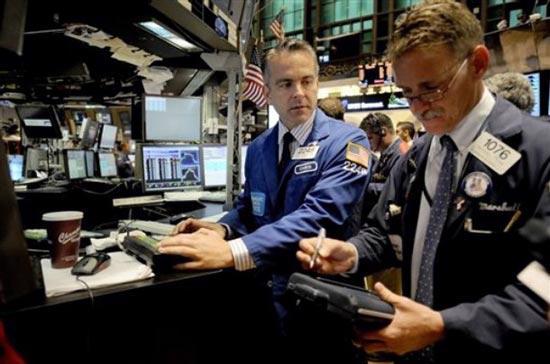 Khối lượng giao dịch toàn thị trường ở mức thấp, với khoảng 4,91 tỷ cổ  phiếu được chuyển nhượng trên cả 3 sàn New York, American và Nasdaq - Ảnh: AP.<br>