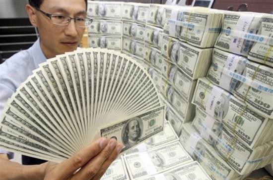 Sự đa dạng hóa dự trữ ngoại hối làm giảm bớt nhu cầu đối với USD, tạo áp lực mất giá đối với đồng tiền này - Ảnh: AP.