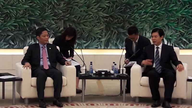 Bộ trưởng Bộ Công Thương Trần Tuấn Anh gặp gỡ người đồng cấp là Bộ trưởng Bộ Thương mại Trung Quốc Chung Sơn.
