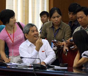 Bộ trưởng Phạm Khôi Nguyên trả lời phỏng vấn báo chí - Ảnh: LQP.