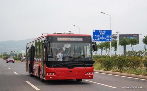 Mới đây, Trung Quốc chạy thử nghiệm xe bus tự lái chạy điện đầu tiên trên thế giới tại Chu Châu, Hồ Nam. Xe bus này có vận tốc tối đa 40 km/h - Nguồn: Xinhua News.<br>