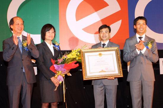 Lãnh đạo CEO Group nhận bằng khen của Thủ tướng Chính phủ.