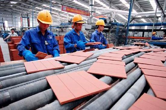 Nhiếu ý kiến cho rằng, tăng lương chắc chắn sẽ ảnh hưởng đến việc làm - Ảnh: TG.
