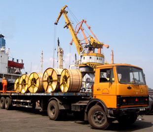 Sản lượng hàng hóa qua cảng tăng mạnh là một bằng chứng cho thấy kinh tế có biểu hiện phục hồi - Ảnh: Anh Quân