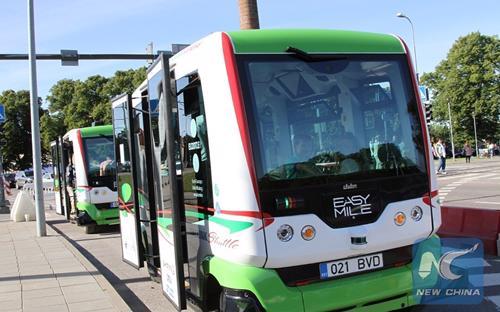 """Chính quyền thủ đô Tallinn của Cộng hòa Estonia ở Bắc Âu mới đây đưa vào chạy 2 thử xe bus tự lái """"Easy Smile"""". Đây là thành phố đầu tiên trên thế giới đưa xe bus không người lái lưu thông trực tiếp trên đường phố. """"Easy Smile"""" có vận tốc tối đa 50 - 60km/h và có thể chở tối đa 8 người. Nguồn: Asia World News, Daily Mail.<br>"""
