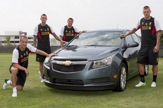 Các cầu thủ Liverpool bên chiếc Chevrolet Cruze - Ảnh: Liverpool.