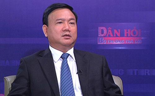 """Trong chương trình """"Dân hỏi - Bộ trưởng trả lời"""" ngày 17/3, Bộ trưởng Bộ Giao thông vận tải Đinh La Thăng đã trả lời nhiều câu hỏi liên quan đến tình hình tai nạn giao thông trong những tháng đầu năm, phí bảo trì đường bộ… - <i>Nguồn: VTV, VGP.</i>"""