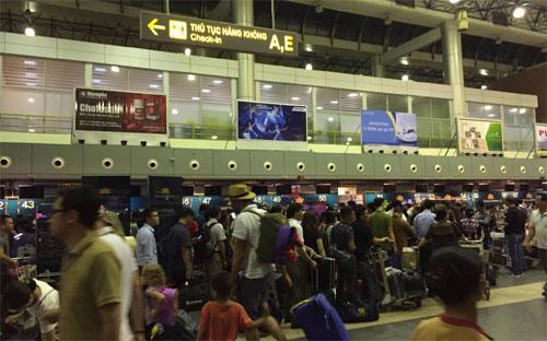 Hành khách ùn ứ chờ làm thủ tục tại sân bay Nội Bài - Ảnh: Tuổi trẻ.