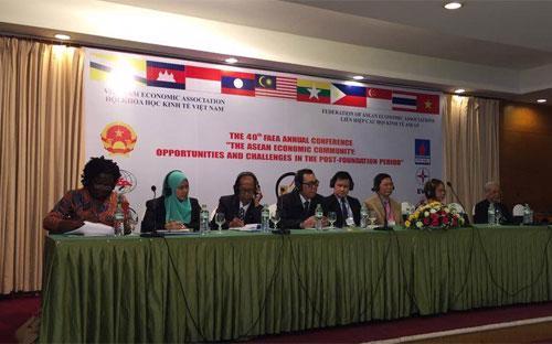 Diễn ra tại Hà Nội, FAEA-40 quy tụ hơn 100 nhà kinh tế Việt Nam và các nước trong khu vực, tập trung vào các vấn đề đáng chú ý trước thềm thành lập Cộng đồng Kinh tế ASEAN (AEC) vào cuối năm nay.<br>