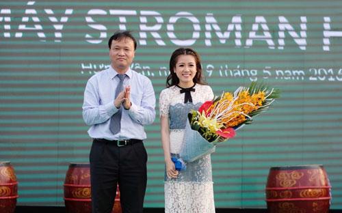 Thứ trưởng Bộ Công thương Đỗ Thắng Hải tặng hoa chúc mừng bà Nguyễn Phương Anh - Tổng giám đốc Công ty Cổ phần Ống Nhựa Stroman Việt Nam.