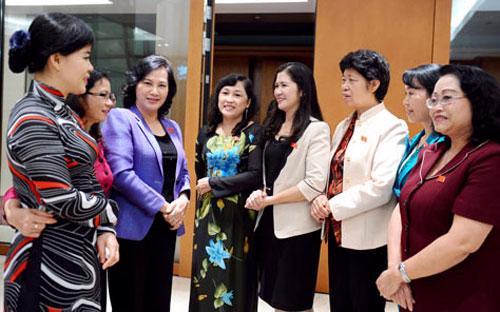 Các nữ đại biểu Quốc hội khóa 13 bên hành lang Quốc hội.<br>