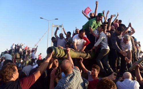Những người ủng hộ Tổng thống Thổ Nhĩ Kỳ Tayyip Erdogan hò reo chiến thắng trên cầu Bosphorus ở thành phố Istanbul &nbsp;- Ảnh: Reuters.<br>
