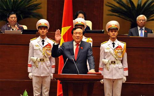 Ông Nguyễn Hoà Bình tuyên thệ trước Quốc hội sáng 8/4/2016.<br>