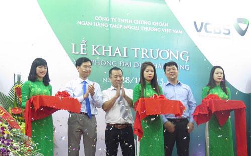 Ông Vũ Quang Đông (bên trái) - Giám đốc VCBS, và đại diện ban lãnh đạo Công ty cắt băng khai trương Văn phòng đại diện Hải Phòng.