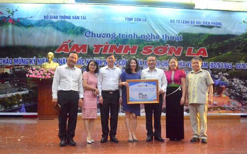 Đại diện Tập đoàn Tân Á Đại Thành cùng Bộ trưởng Bộ Giao thông vận tải, Chủ tịch UBND tỉnh Sơn La và đại diện các ban ngành trao tặng 100 bồn nước tới bà con vùng lũ huyện Mường La, Sơn La.<br>
