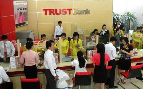 Giao dịch tại TrustBank. Ngân hàng này cho biết đang tập trung sử dụng nguồn lực từ các tập đoàn, tổ chức, cá thể kinh tế tư nhân trong nước để tái cơ cấu.