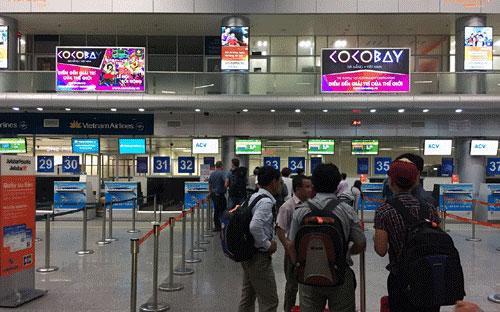 Một góc khu check-in tại sân bay Đà Nẵng với tấm pano quảng cáo Cocobay.
