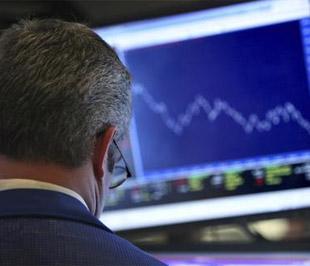 Chứng khoán Mỹ tiếp tục có thêm phiên giao dịch hoảng loạn khi chỉ số Dow Jones và S&P 500 có ngày giảm điểm mạnh nhất kể từ tháng 10/1987 - Ảnh: Reuters.