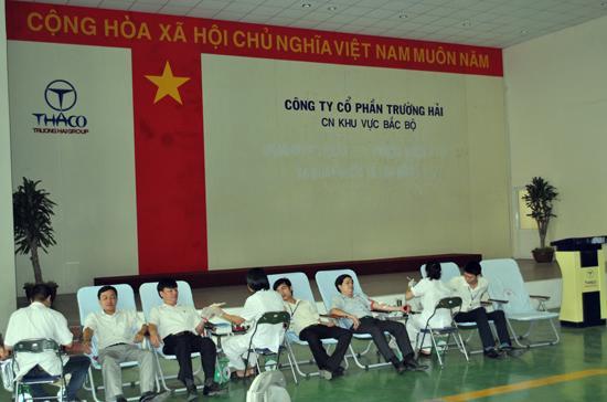 Cán bộ công nhân viên của Trường Hải Thaco tham gia hiến máu nhân đạo.