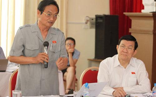 """Chủ tịch nước ngồi cạnh TS. Trần Du Lịch, vị đại biểu trước khi góp ý cụ  thể vào các điều còn có nhiều phương án tại dự thảo đã rất thẳng thắn  """"tự kiểm điểm"""" - Ảnh: N.H.<br>"""