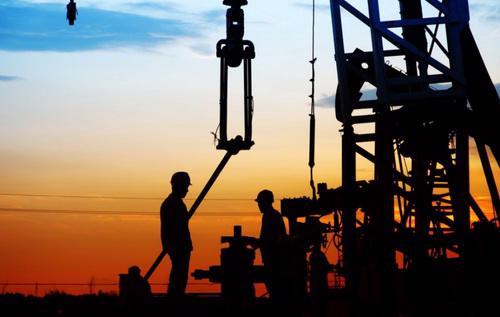Giá dầu giảm quá sâu trong thời gian dài khiến nhiều tập đoàn, công ty năng lượng lớn của thế giới bắt buộc phải giảm đầu tư vào tìm kiếm và khai thác các mỏ dầu mới - Ảnh: BQ Magazine.
