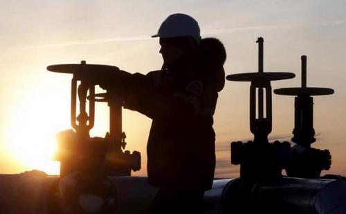 Giá dầu thấp đã khiến đầu tư trong lĩnh vực năng lượng giảm 40% trong 2 năm qua - Ảnh: Reuters.