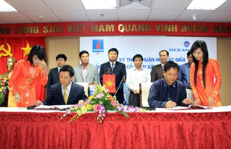 Ông Đinh La Thăng khi còn là Chủ tịch Petro Vietnam đã rất tự hào chứng kiến lễ ký hợp tác đầu tư dự án PVN Tower hai năm về trước.