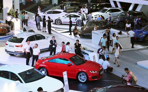 Kỳ triển lãm chuyên về ôtô nhập khẩu đầu tiên tại Việt Nam đã thu hút tổng cộng 70.000 lượt khách thăm quan.