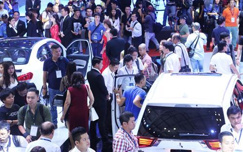 Chưa bao giờ thị trường ôtô Việt Nam có một đợt giảm giá mà hầu hết các  thương hiệu đều tham gia và mức giảm giá cho mỗi xe, thấp thì vài chục  triệu, cao thì lên đến hàng trăm triệu đồng.