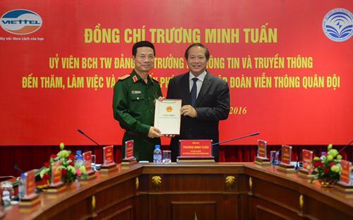 Thiếu tướng Nguyễn Mạnh Hùng, Tổng giám đốc Tập đoàn Viettel, nhận giấy phép cung cấp 4G từ Bộ trưởng Bộ Thông tin và Truyền thông Trương Minh Tuấn.