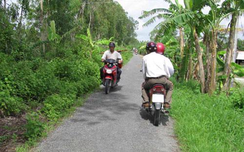 Việc thu phí sử đụng đường bộ đối với xe máy ở nông thôn được đánh giá là khó.<br>