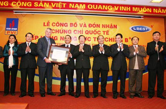 Đại diện A.M. Best trao chứng nhận xếp hạng tín nhiệm cho lãnh đạo PVI.