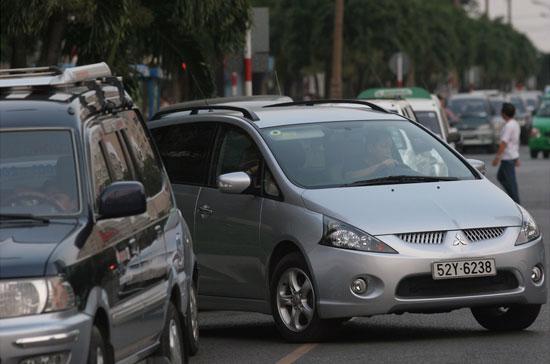Theo Bộ Giao thông Vận tải, về cơ bản loại phí này không ảnh hưởng đến giá cả thị trường, giá thành hoạt động sản xuất kinh doanh do số lượng xe đồng thời cũng là số chủ xe bị ảnh hưởng là không nhiều - Ảnh: Việt Tuấn.
