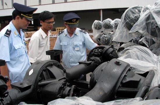 Chi cục Hải quan cảng Kỳ Hà (Quảng Nam) kiểm tra linh kiện ôtô nhập khẩu - Ảnh: baohaiquan.vn