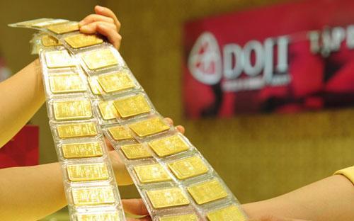 Chênh lệch giữa giá vàng trong nước và thế giới từ sau 30/6 đến nay vẫn  phổ biến ở mức 5-6 triệu đồng mỗi lượng và chưa có dấu hiệu giảm như kỳ  vọng của nhiều người trước đó.