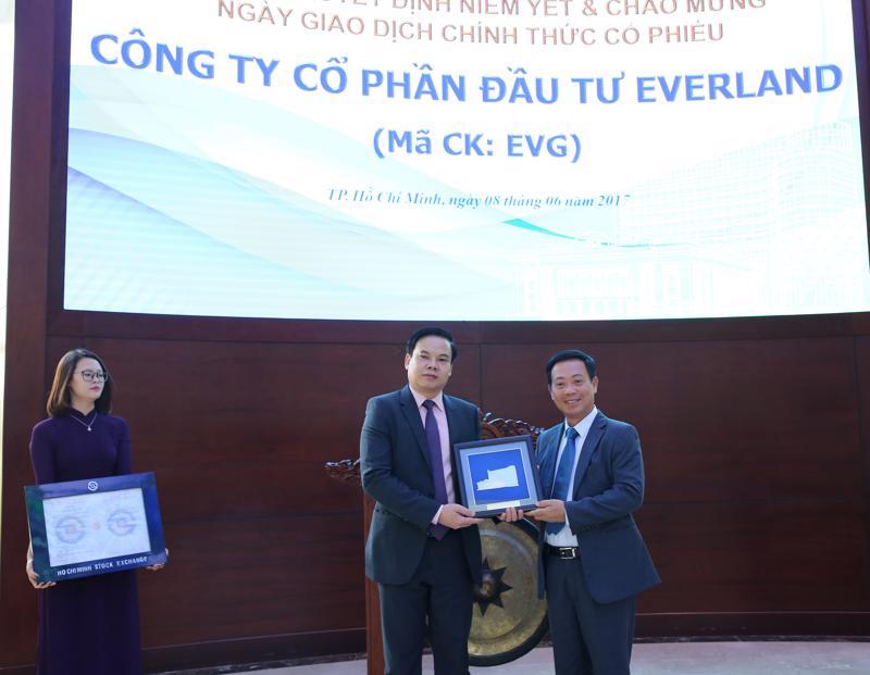 Ông Trần Văn Dũng - Chủ tịch HOSE trao quyết định cho ông Lê Đình Vinh - Chủ tịch Hội đồng Quản trị Everland.