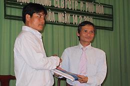 Lãnh đạo Eximbank trao sổ bảo hiểm cho thành viên Câu lạc bộ Phòng chống tội phạm phường Phú Hòa.