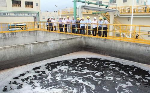 Đoàn kiểm tra thị sát một khu xử lý nước thải của FHS sau sự cố môi trường vừa qua.<br>