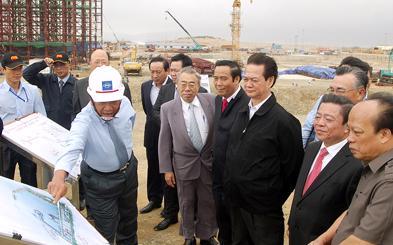 Lãnh đạo Formosa giới thiệu về dự án với Thủ tướng và các lãnh đạo tỉnh Hà Tĩnh.