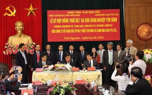 Lễ ký kết hợp đồng thuê đất với Công ty Cổ phần Đầu tư phát triển Yên Bình - Ảnh: Cổng thông tin điện tử tỉnh Thái Nguyên.<br>