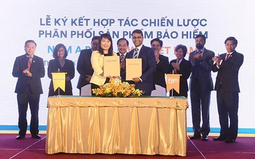 Bà Lương Thị Cẩm Tú - Tổng giám đốc Nam A Bank và ông Anantharaman Sridharan, Tổng giám đốc FWD cùng ký kết hợp tác chiến lược phân phối sản phẩm bảo hiểm. <br>