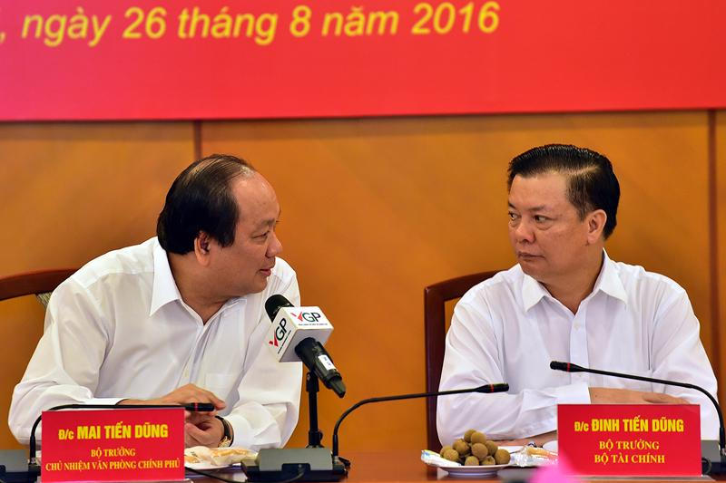 Bộ trưởng - Chủ nhiệm Văn phòng Chính phủ Mai Tiến Dũng và Bộ trưởng Tài chính Đinh Tiến Dũng trao đổi với nhau tại buổi làm việc sáng 26/8.<br>