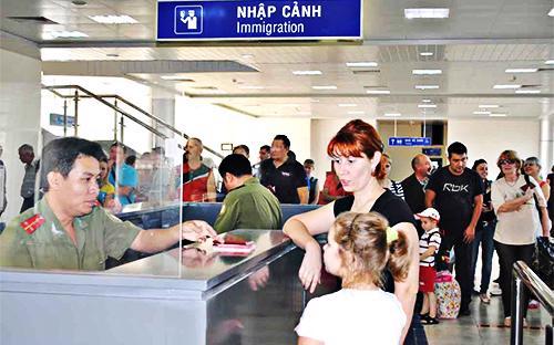 lượng khách quốc tế đến Việt Nam trong năm 2012 chủ yếu bằng đường hàng không, với 5,576 triệu lượt người (tăng 10,8% so với năm 2011).