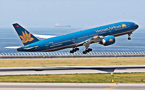 Mạng đường bay nội địa hiện do 5 hãng hàng không khai thác có 41 đường  bay từ 3 trung tâm chính là Hà Nội, Đà Nẵng và Tp.HCM tới 17  cảng hàng không địa phương.